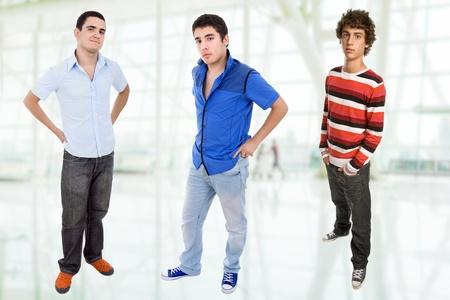 tres adolescentes felices jóvenes de pie