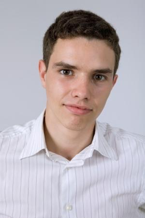 nackte brust: young casual man vor einem grauen Hintergrund