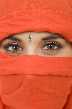 fille arabe: jeune femme avec un voile, près portrait, studio photo Banque d'images