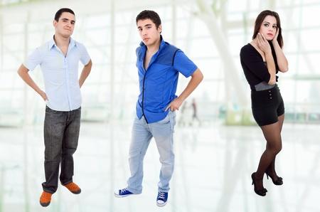 tres adolescentes jóvenes casuales, imagen de cuerpo entero