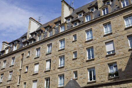 st malo: intra muros tipiche case st Malo, Bretagna, Francia Editoriali