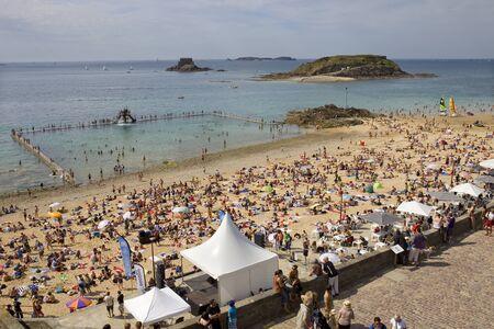 st malo: affollata spiaggia di St Malo, in Bretagna, Francia