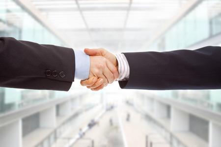 hand shake: Sacudida de la mano Pareja de negocios en la oficina Foto de archivo