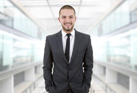 junge nackte frau: junge Gesch�ftsmann Portr�t im B�ro Lizenzfreie Bilder