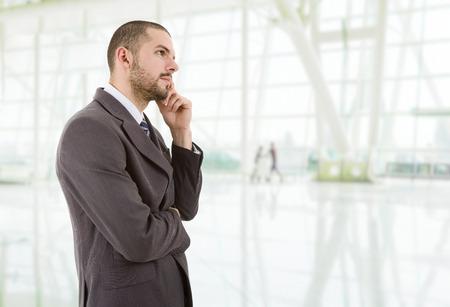 hombre pensando: joven hombre de negocios pensando en la oficina