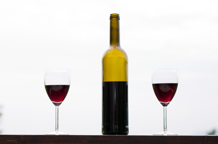 tomando alcohol: Red wine in glasses with bottle, outdoor
