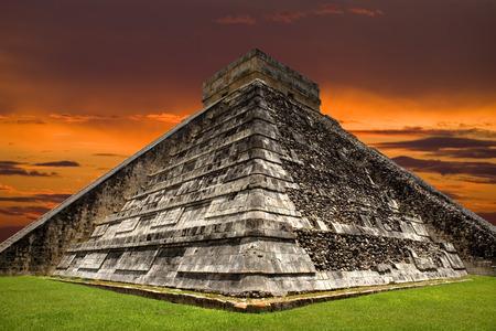 cultura maya: Antigua pirámide maya, templo de Kukulcán en Chichén Itzá, Yucatán, México  Foto de archivo