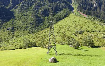 torres de alta tension: torres de alta tensión que cruzan los Alpes suizos. Cantón de Berna, Suiza Foto de archivo