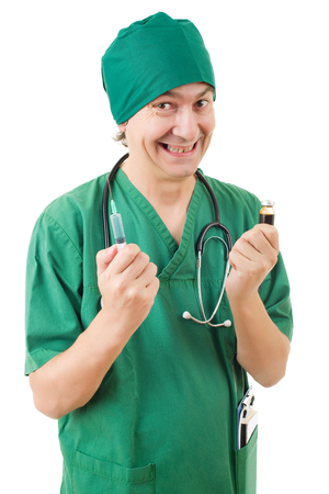 enfermera con cofia: mad doctor con una jeringa aislado sobre fondo blanco