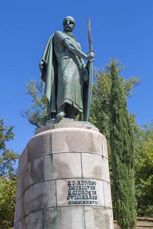 Standbeeld van koning Afonso Henriques door de heilige heuvel in de stad Guimaraes. De eerste koning van Portugal in de 12e eeuw. UNESCO werelderfgoed.