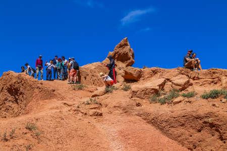 Issyk-Kul, Kyrgyzstan: People on the red sandstone rock formations Seven bulls and Broken heart, Jeti Oguz canyon in Kyrgyzstan, Issyk-Kul region, Central Asia 에디토리얼