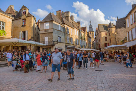 Sarlat-la-Caneda, France: People enjoying the view of the centre of the old medieval town of Sarlat-la-Caneda, Dordogne, France. 에디토리얼