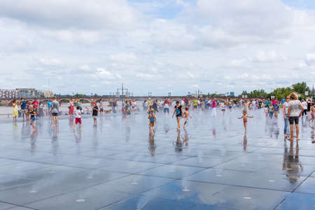 Famous Bordeaux water mirror full of people 에디토리얼