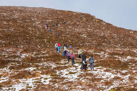 CO KERRY, IRLAND: People climbing in the snow at the Paps of Anu, Co Kerry, Ireland 에디토리얼