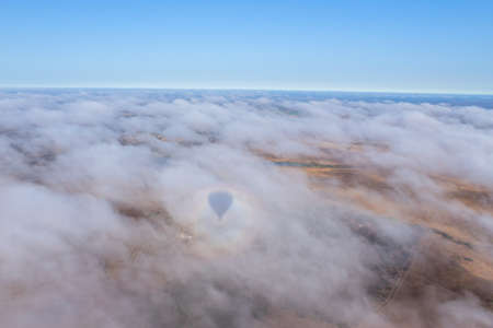 Hot air balloon in the Alentejo region, above the clouds and the fields. Portugal. Stockfoto