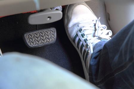 pies masculinos: presione el pedal del acelerador para acelerar