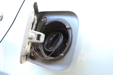 tanque de combustible: abrir la tapa del dep�sito de combustible Foto de archivo