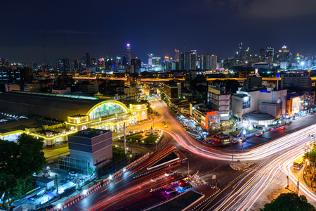 Hoogste mening van Onduidelijk beeld licht verkeer bij Hua Lamphong Station-openbaar oriëntatiepunt van station Stockfoto