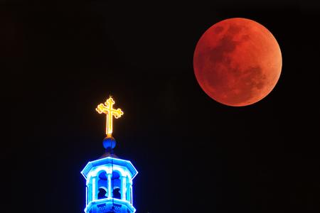 十字架付きの血まみれの月 写真素材