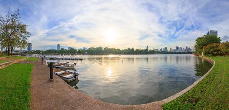 Panorama del parque con vista al lago