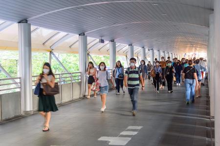 Bangkok, Tailandia - 4 de febrero de 2019: mucha gente usa N95 para proteger el polvo PM2.5 en el camino del tren elevado