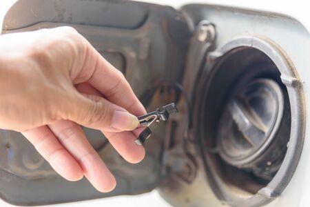Insert the Spring fuel for car, repair of cap fuel