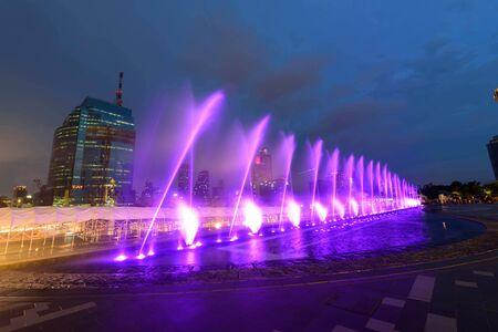 fontanna z oświetleniem w nocy