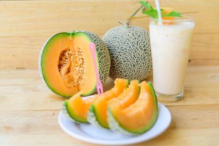 Frische Orangenmelone in Schale