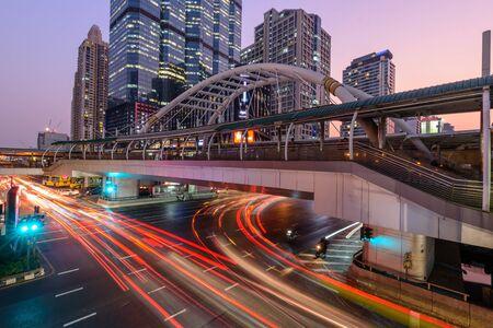 trafic léger flou à la jonction du pont de ChongNonsi / feu de circulation flou dans la ville Banque d'images