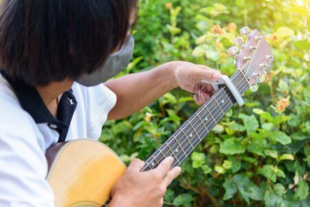 guitarist pin capo to the guitar
