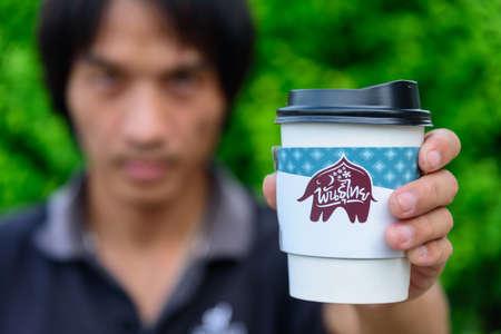 Bangkok,Thailand - 6 April, 2021: The man hold the paper cup of Punthai coffee 版權商用圖片 - 167250710