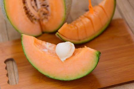 ice cream melon on wood table 版權商用圖片