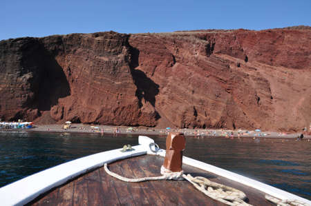 Sailing in to red beach