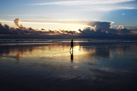 jet stream: Silueta de una mujer para correr en Seminyak playa al atardecer