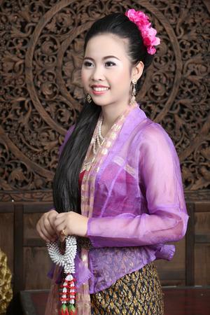 affectionate action: Mujer asi�tica vestida en Tailandia tirando en el estudio.