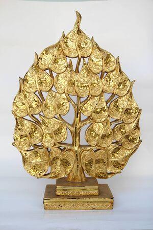 color white: Las tallas de madera, color oro, fondo blanco.