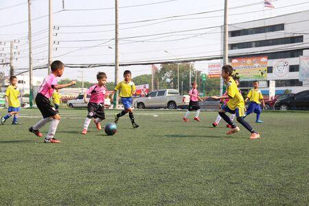 futbol infantil: Torneo de fútbol de los niños de 6 personas en Chiang Mai, Tailandia.