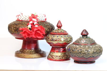 wood products: Prodotti in legno intaglio thailandesi su uno sfondo bianco. Archivio Fotografico