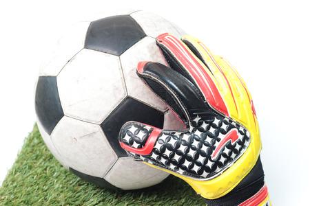 arquero de futbol: Guantes de portero de fútbol y una pelota Foto de archivo