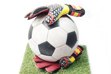 arquero futbol: Guantes de portero de fútbol y una pelota Foto de archivo