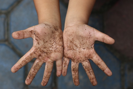 gusano: Manos del niño sucio