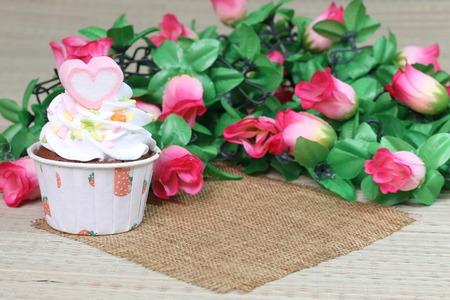 flores de cumpleaños: Magdalenas en la mesa de primer plano