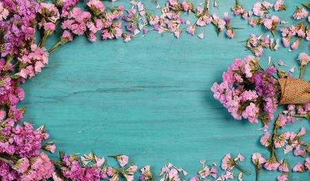 Mooie bloemen op groen hout.