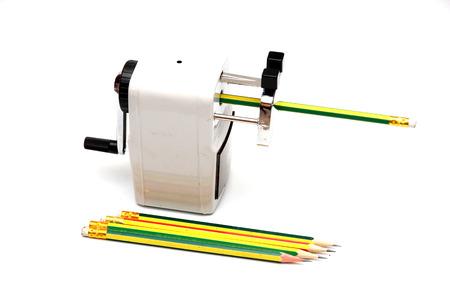 lápiz y sacapuntas aislar sobre fondo blanco .