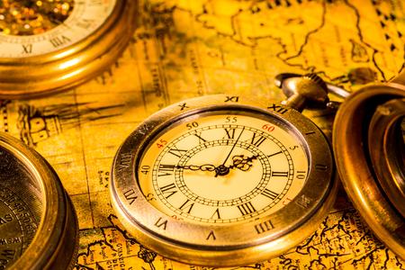 Bussola vintage e orologio da tasca. Mappa del mondo antico nel 1565.