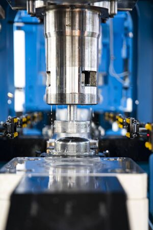 Automated pan making machine. Metalworking Exhibition. Stockfoto