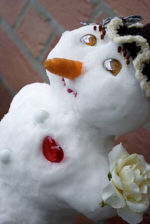 Snowman with a red heart and a rose in his hand Banque d'images