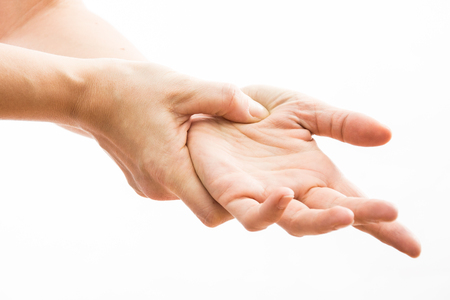 Close-up van mooie vrouwelijke handen pijn. Close-up van de handen van de vrouw. Met pijnlijk gevoel in gezamenlijke. Handletsel en gezondheidsproblemen Concept. Pijn in de hand