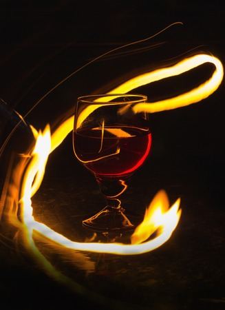 A glass of wine on a black background. Party club entertainment. Banque d'images
