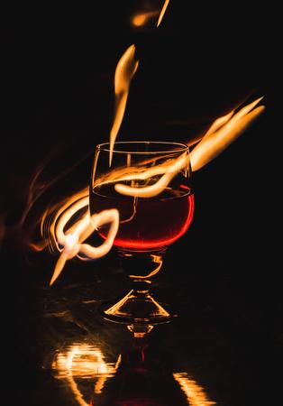 Una copa de vino sobre un fondo negro. Entretenimiento del club de fiestas. Foto de archivo - 109736972